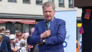 Presidentti Sauli Niinistö pitää puhetta Mikkelin torilla.