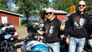 Carlo Corazzi ja Loris Minelli valmistautuivat tutustumaan saaristoon ja toivoivat ehtivänsä Jarno Saarisen Jari-veljen pitämään muistomuseoon.