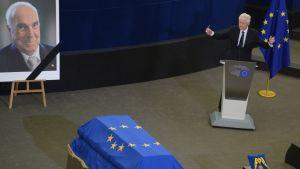 Yhdysvaltain entinen presidentti puhuu Helmut Kohlin muistotilaisuudessa Euroopan parlamentissa.