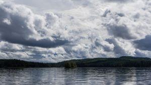 Pilviä järven yllä.