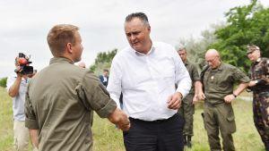 Hans Peter Doskozil tervehtii rajavartijaa Unkarin vastaisella rajalla kesäkuussa.