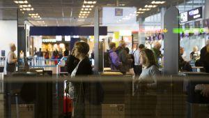Matkustajia rajavalvonta-automaateilla Helsinkin-Vantaan lentoasemalla