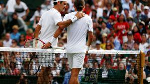 Roger Federer (vas.) ja Alexandr Dolgopolov ottelun ratkettua.