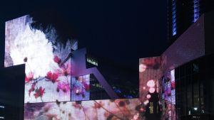 Iltaisin kauniisti valaistusta Jeltsin-keskuksesta on tullut Jekaterinburgin kuuluisin nähtävyys ja sen asukkaiden vilkas kokoontumispaikka.
