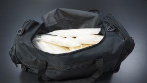 Takavarikoitu urheilukassi, jossa on yli 10 kiloa metamfetamiinia.