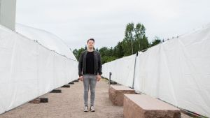 Thomas Nyman seisoo valkoisilla pressuilla rajatulla hiekkaradalla.