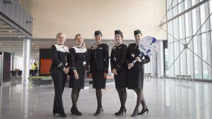 Finnairin matkustamohenkilökunta esittelee helsinki-Vantaan uutta eteläsiipeä.
