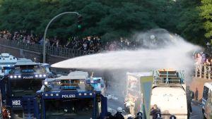 Saksan poliisi käytti vesitykkejä mielenosoittajia vastaan Hampurissa torstaina 6. heinäkuuta.