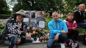 Andy McCoy ja muita ystäviä Arskan muistopaikalla.