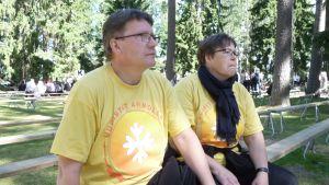 Jaana ja Jarmo Tarkkonen ovat herättäjäjuhlilla talkootöissä kolehdinkantajina