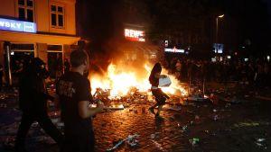 Protestoijat rötöstelivät ympäriinsä tunkeutuen muun muassa kauppaketju Rewen myymälään Hampurissa 7. heinäkuuta.