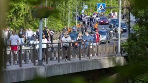 Imatranajo 2017 yleisöä Imatrankosken sillalla.