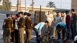 Poliiseja tutkimassa pommi-iskun jälkiä Egyptissä