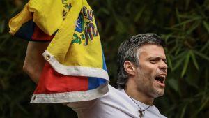 Venezuelan oppositiojohtaja Leopoldo Lopez pitää maansa lippua kädessä vankilasta vapautumisen jälkeen.