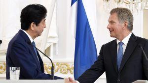 Japanin pääministeri Shinzo Abe ja presidentti Sauli Niinistö tiedotustilaisuudessa Helsingissä maanantaina.