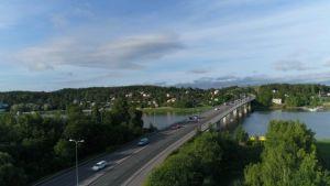 Liikenneruuhkaa Hirvensalon sillalla