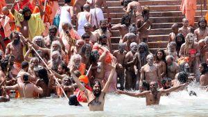 Intialaiset pyhät miehet kylpivät Gangesissa Haridwarissa 14. huhtikuuta 2010.