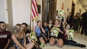 Mielenosoittajia Yhdysvaltain kongressissa