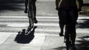 pyöräilijöiden siluetteja