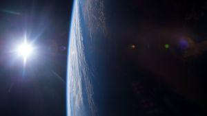 Auringonlasku maapallolla avaruudesta kuvattuna.