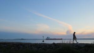 Rahtilaivoja lipuu yötäpäivää ohi Emäsalon luotsiaseman, joka sijaitsee Porvoon edustalla saaristossa.