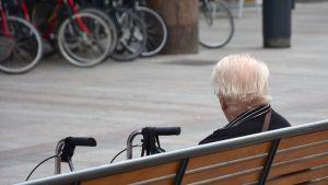 Vanhus istuu penkillä