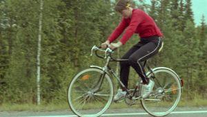 Eeva Tikkanen polkee pyörää vuoden 1984 Teräsmieskisoissa.