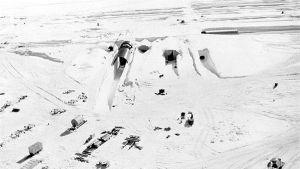 Mustavalkoinen valokuva putkimaisesta reaktorista jäälakeudella.