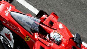 Sebastian Vettel vauhdissa Silverstonen radalla.