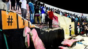 Seinä romahti Dempa Diop -stadionilla Dakarissa lauantaina.
