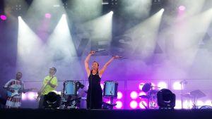 Paula vesala esiintyi Ilosaarirockissa sunnuntaina.