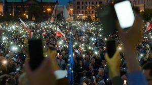 Ihmiset osallistuivat protestiin Puolassa 16. heinäkuuta 2017.