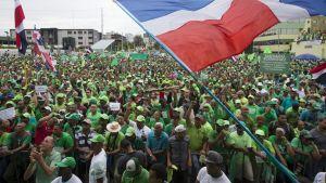 Tuhansia ihmisiä osallistui mielenilmaukseen Dominikaanisessa tasavallassa, 16. heinäkuuta 2017. Santo Domingossa marssijat vaativat korruption lopettamista ja rangaistuksia lahjontaskandaalin jälkeen.