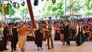 Kaustisen kansanmusiikkijuhlilla tanssittiin purppuria.