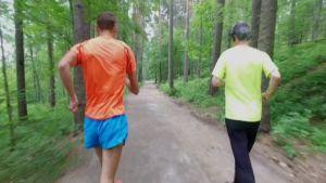Aleksi Ojala ohittaa juoksijan kävellen.