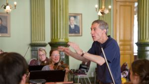 Kapellimestari Robert King johtaa Turussa Kuninkaantien muusikoita