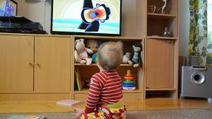 Pieni lapsi katsoo televisiota.