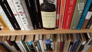 kirjoja kirjat kirjahylly kirjallisuus Adam Smith Kansojen varallisuus taloustiede talouskirjat talouskirjallisuus