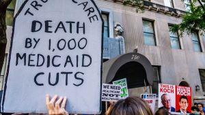 Trumpcarea vastustavia mielenosoittajia.