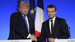 Ranskan presidentti Emmanuel Macron ja Yhdysvaltain presidentti Donald Trump kättelivät yhteisen lehdistötilaisuuden päätteeksi Elysee-palatsissa Pariisissa 13. heinäkuuta.