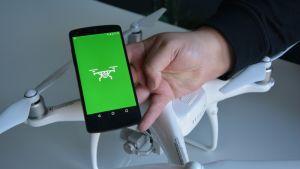 Trafin Droneinfo-sovellus kännykässä.