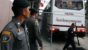 Poliisit olivat vastassa Thaimaan Bangkokissa, kun ihmiskaupasta epäillyt saapuivat oikeudenkäyntiin 19. heinäkuuta.