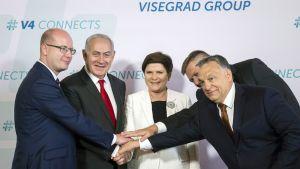 Netanjahu ja jenjä pääministeriä lyövät kättäkäden päälle ja pinoon.