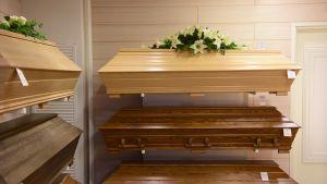Hauta-arkkuja hautaustoimistossa