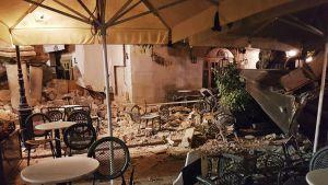 Maanjäristyksen tuhoja Kosin saarella varhain perjantaiaamuna 21. heinäkuuta.