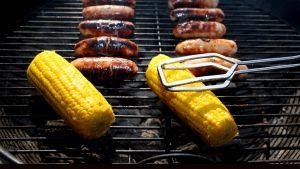 Makkaraa ja maissia grilllaantumassa.