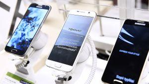 Samsungin puhelimia myynnissä.