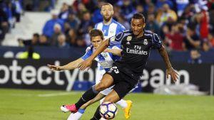 Real Madridin Danilo suojaa palloa.