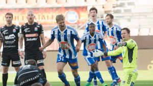 Akseli Pelvas juhlii maaliaan PS Kemin verkkoon.