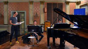 Säveltäjä Uljas Pulkkis (vas.) käy läpi Evolution -kantaesitystä harmonikansoittaja Janne Rättyän ja pianisti Henri Sigfridssonin kanssa.